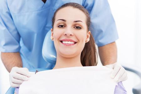 femmes souriantes: Jeune femme au bureau de dentiste Banque d'images