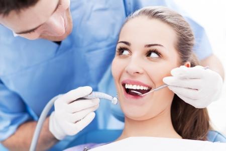 attraktiv: Zahnarzt und Patient in Zahnarztpraxis Lizenzfreie Bilder