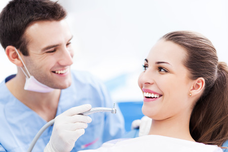 femmes souriantes: Homme et femme dentiste dans le bureau du dentiste Banque d'images