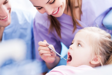 dentiste: Petite fille chez le dentiste