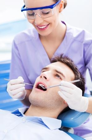 Weibliche Zahnarzt und Patient in Zahnarztpraxis Standard-Bild - 25042463