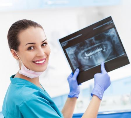 Femme dentiste avec photo x-ray