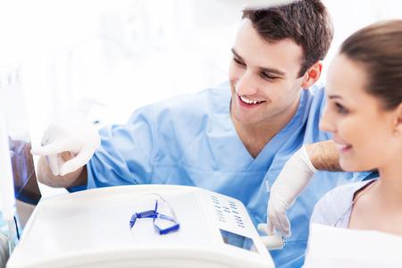 Zahnarzt, der Röntgenstrahlen, um Patienten Standard-Bild - 25127058