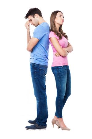 不幸な夫婦に立って背中合わせに