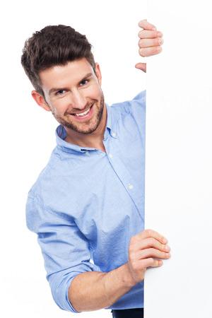 Hombre joven con el cartel en blanco