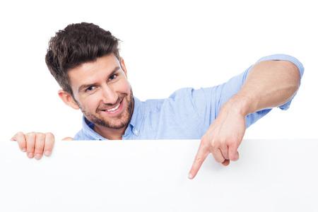 hombre: Hombre que señala en la muestra en blanco