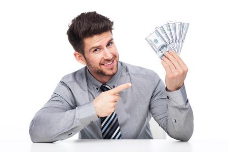 cash money: Hombre que señala un montón de dinero en efectivo