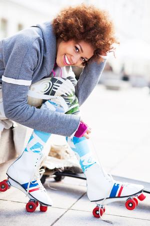 patines: La mujer que pone en patines al aire libre