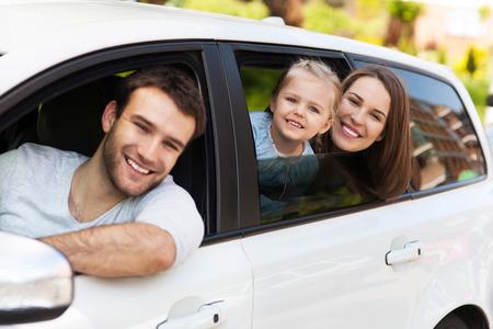 窓の外を見て車の中で座っている家族
