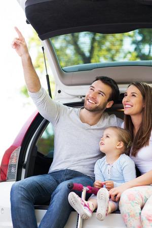 pont: Boldog család ül az autóban Stock fotó