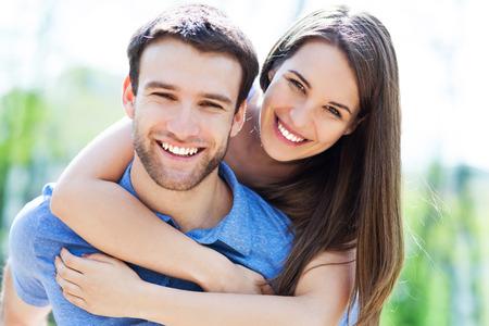 Jovem casal feliz Foto de archivo - 28423893