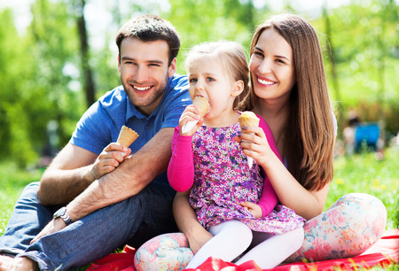 couple eating: Familia feliz que come el helado Foto de archivo