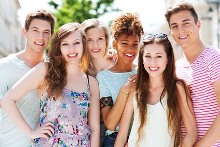 Jonge mensen glimlachen Stockfoto