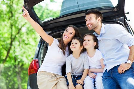 chobot: Šťastná rodina sedí v kufru auta
