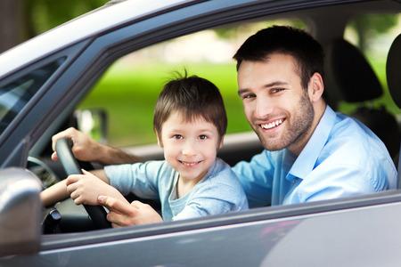 hombre manejando: Padre e hijo sentado en un coche