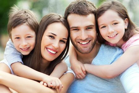 enfants heureux: Portrait de jeune famille