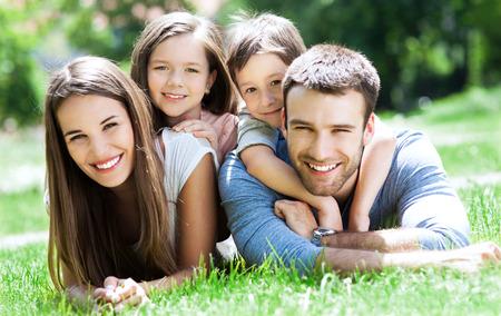 gar�on souriant: Happy famille de quatre Banque d'images