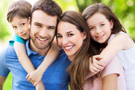 Gelukkig gezin buiten Stockfoto