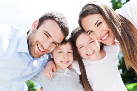 четыре человека: Счастливая семья на открытом воздухе