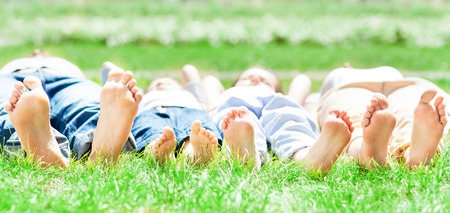 Familie voeten op gras Stockfoto