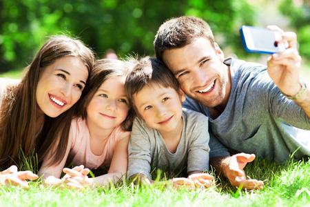 haciendo el amor: Familia que toma imagen de s� mismos