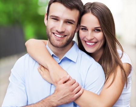 uomo felice: Giovane coppia felice