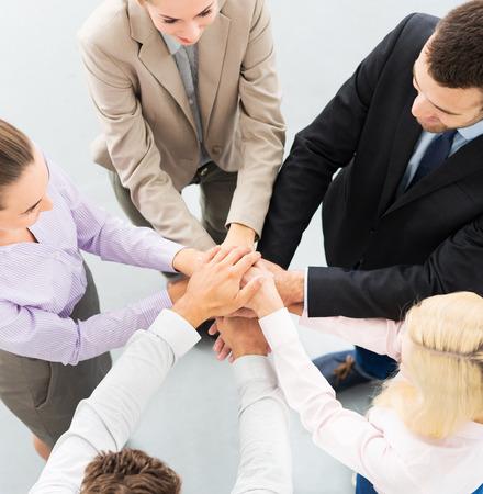 circulo de personas: La gente de negocios de apilamiento manos Foto de archivo