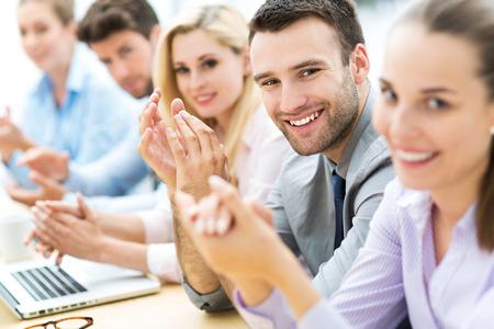 empleados trabajando: Equipo de negocios aplaudiendo en aplausos Foto de archivo