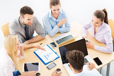empleado de oficina: Hombres de negocios reunidos en la mesa