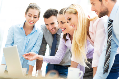 gerente: La gente de negocios que buscan en la computadora port�til