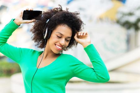 audifonos: Afro-American mujer escuchando m�sica
