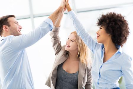 Un groupe d'entreprises se donnent la main Banque d'images