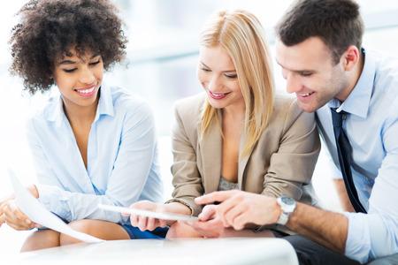 ejecutivo en oficina: Empresarios trabajando juntos Foto de archivo