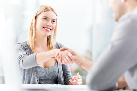 entrevista: Los ejecutivos darle la mano  Foto de archivo
