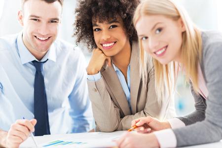 Executivos que trabalham junto