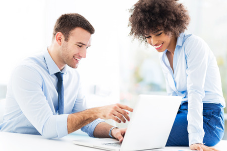 the working day: La gente de negocios que buscan en la computadora portátil