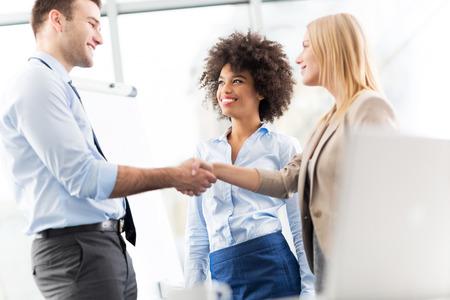 interview job: Los ejecutivos darle la mano  Foto de archivo