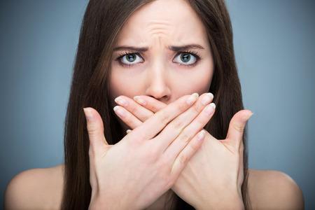 olfato: Boca de la cubierta de la mujer