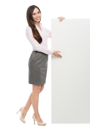 Mujer de pie junto al cartel blanco grande Foto de archivo - 39173234
