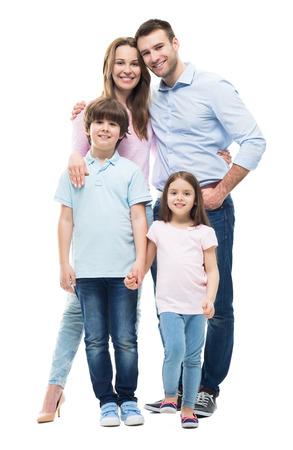 aislado: Familia joven con dos niños de pie juntos
