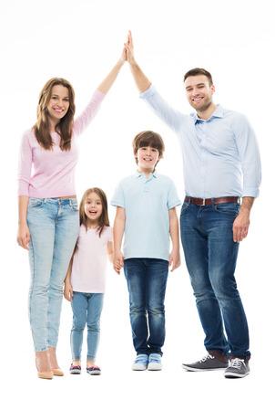 niños sosteniendo un cartel: Formando la forma de la casa de la familia