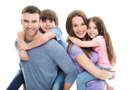 家庭: 年輕的家庭有兩個孩子 版權商用圖片
