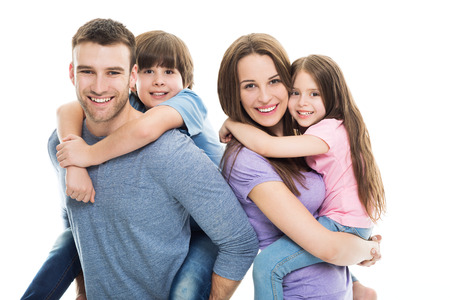 fondo blanco: Familia joven con dos niños Foto de archivo