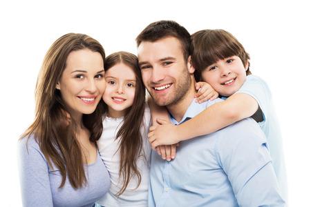 niñas sonriendo: Familia joven con dos niños Foto de archivo