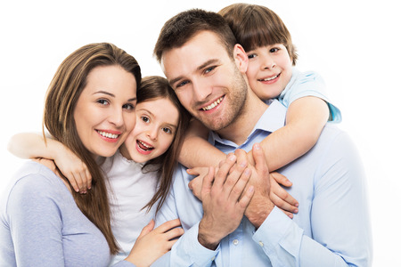 parejas jovenes: Familia joven con dos ni�os Foto de archivo