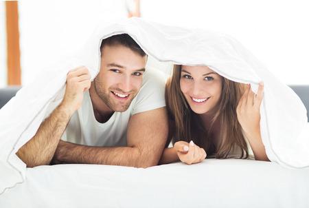couple bed: Jeune couple au lit Banque d'images