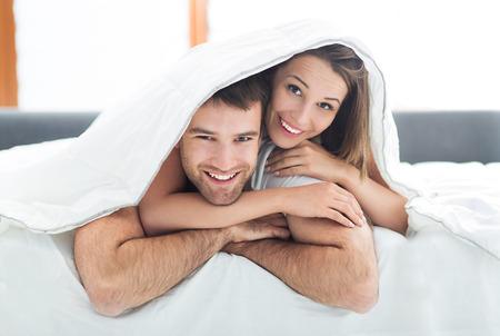 couple  amoureux: Jeune couple au lit Banque d'images