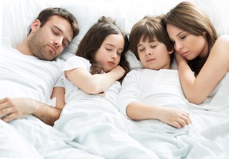 enfant qui dort: Famille de quatre couchage