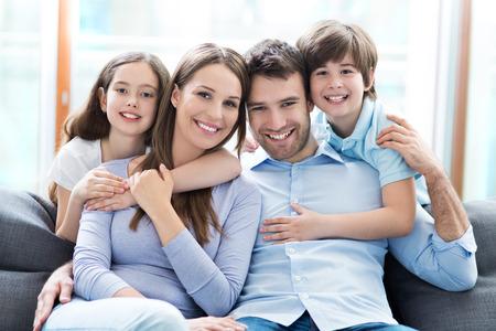 uvnitř: Mladá rodina s dvěma dětmi
