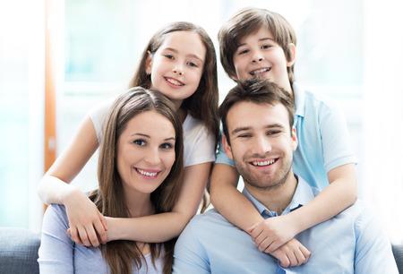 familias jovenes: familia feliz